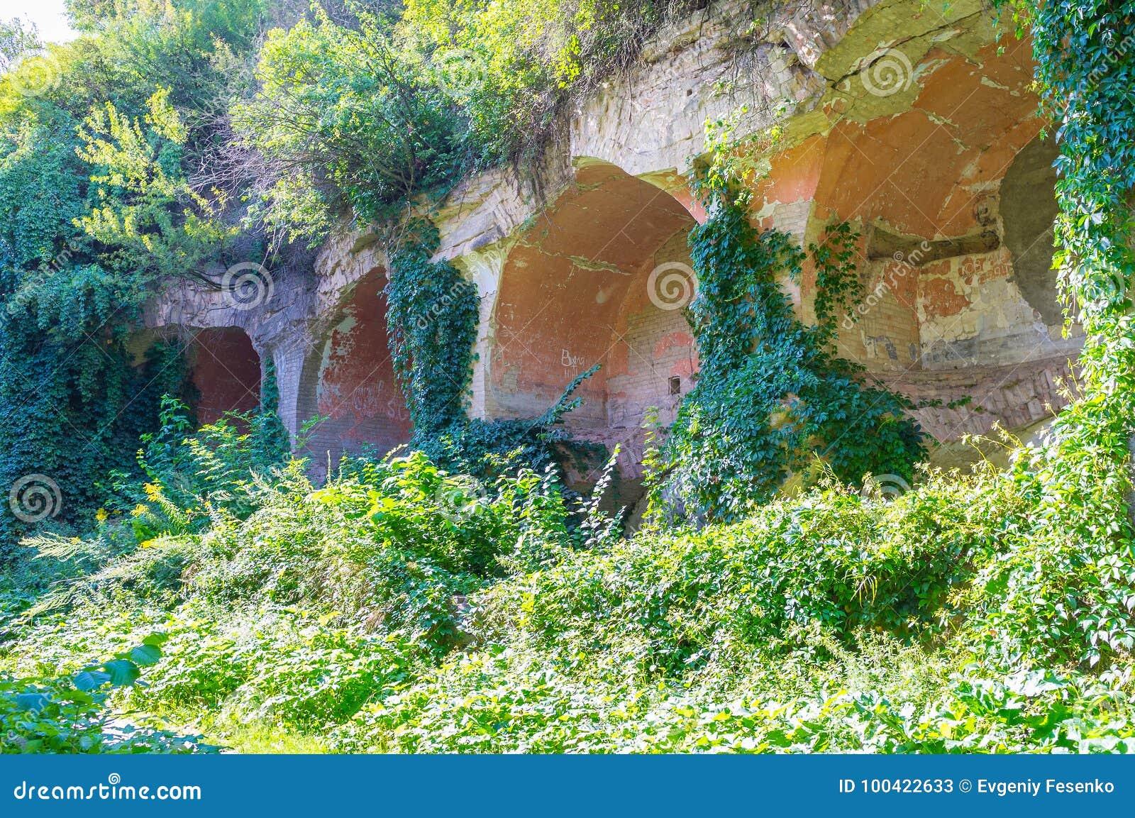 O muralha arruinado do forte defensivo velho