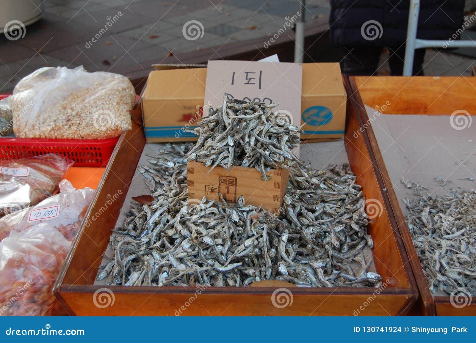 O myeolchi secado pequeno coreano de Bokkeum dos peixes oferece em um miliampère pequeno