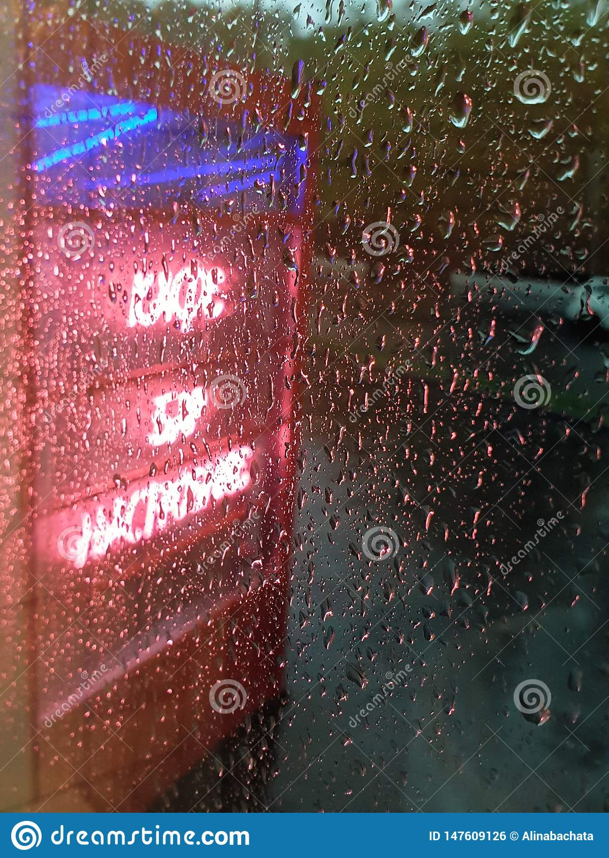 O néon assina dentro o dia chuvoso