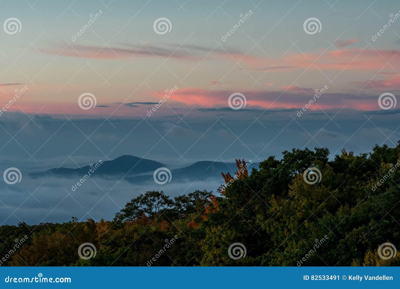 O nascer do sol sobre a nuvem cobriu o vale
