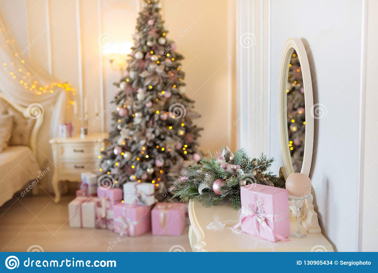 O Natal clássico decorou a sala interior com a árvore do ano novo Quarto luxuoso moderno do apartamento do projeto com cama Natal