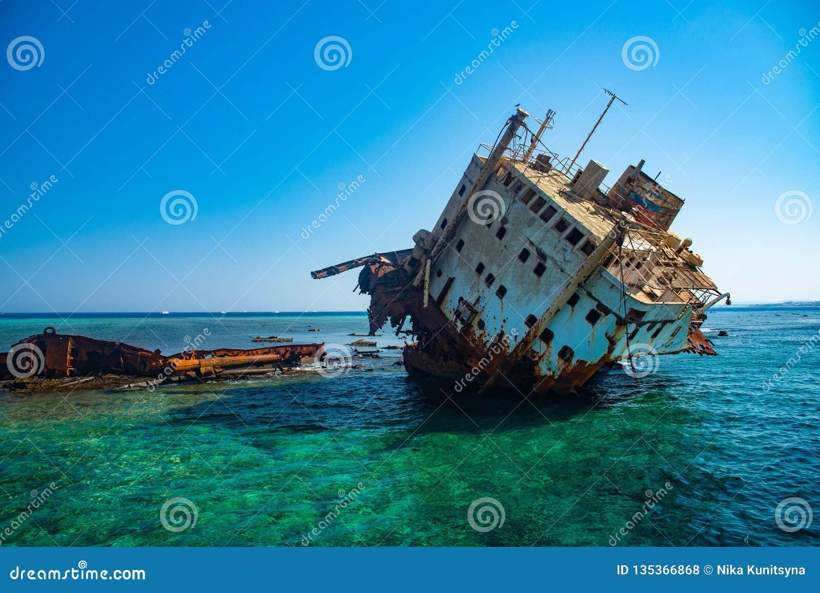 O navio afundado abandonou