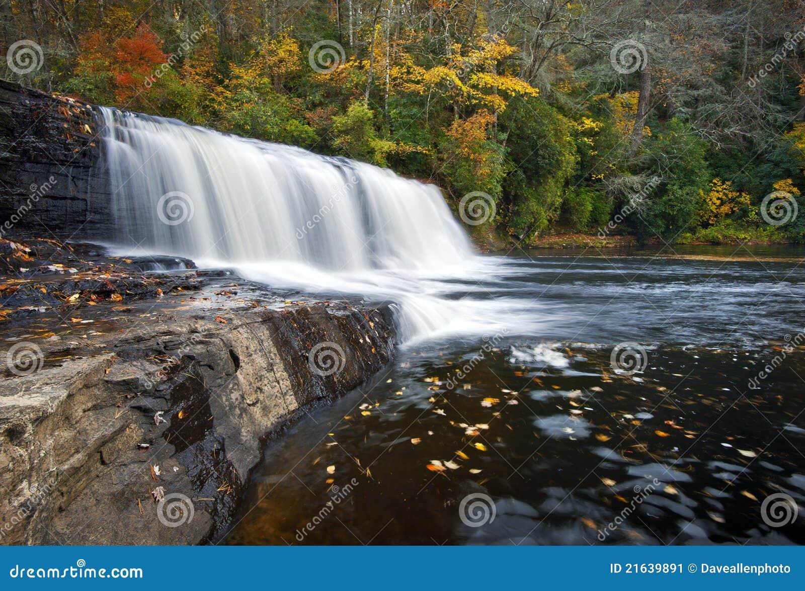 O navio de pesca a linha cai parque de estado de Du Pont das cachoeiras do outono