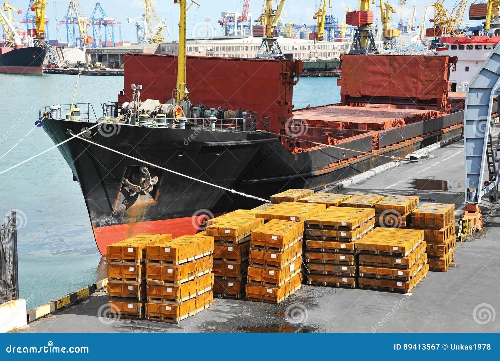 O navio e o metal de carga da maioria sob o porto crane