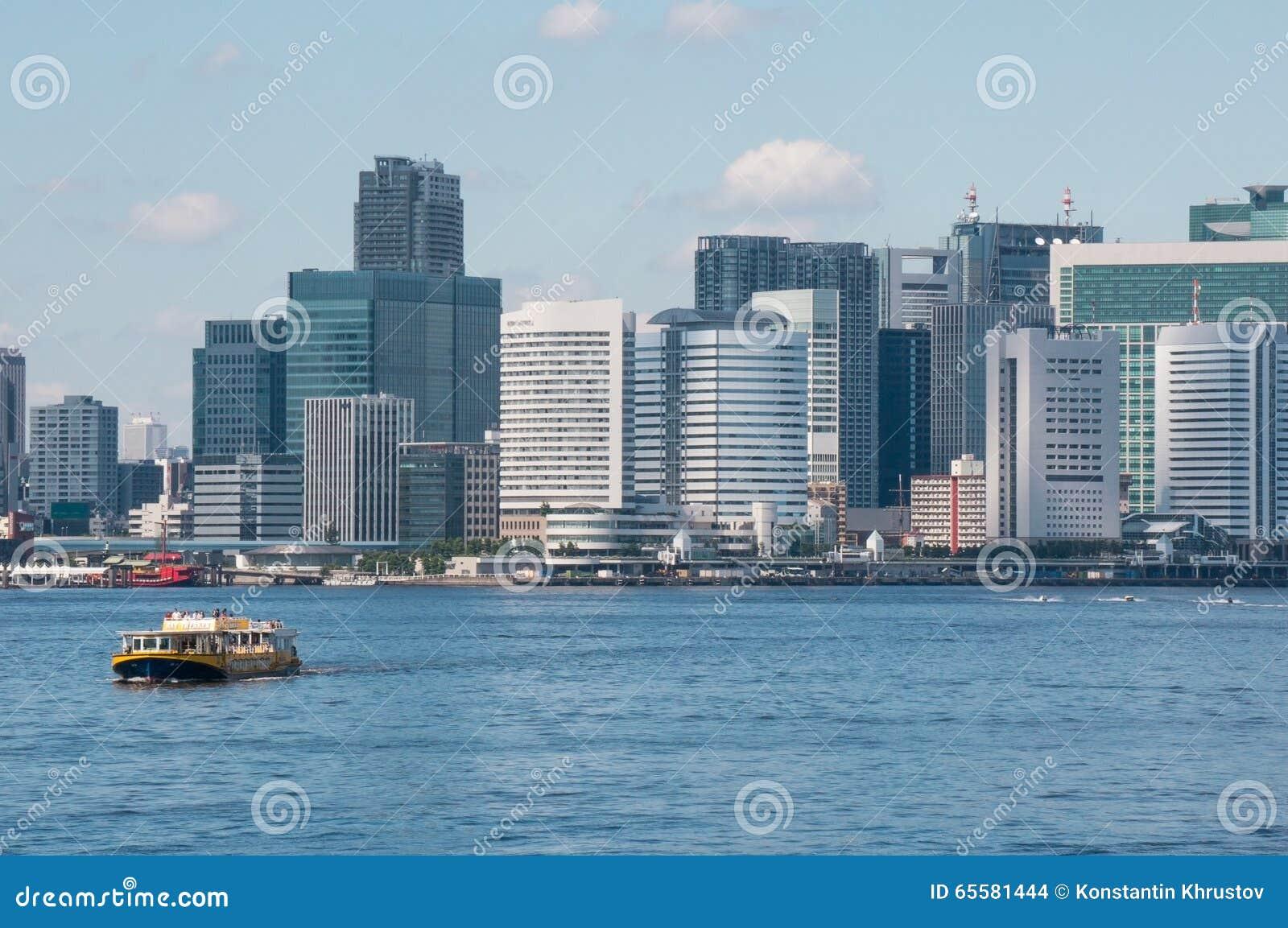 O navio em um fundo do Tóquio