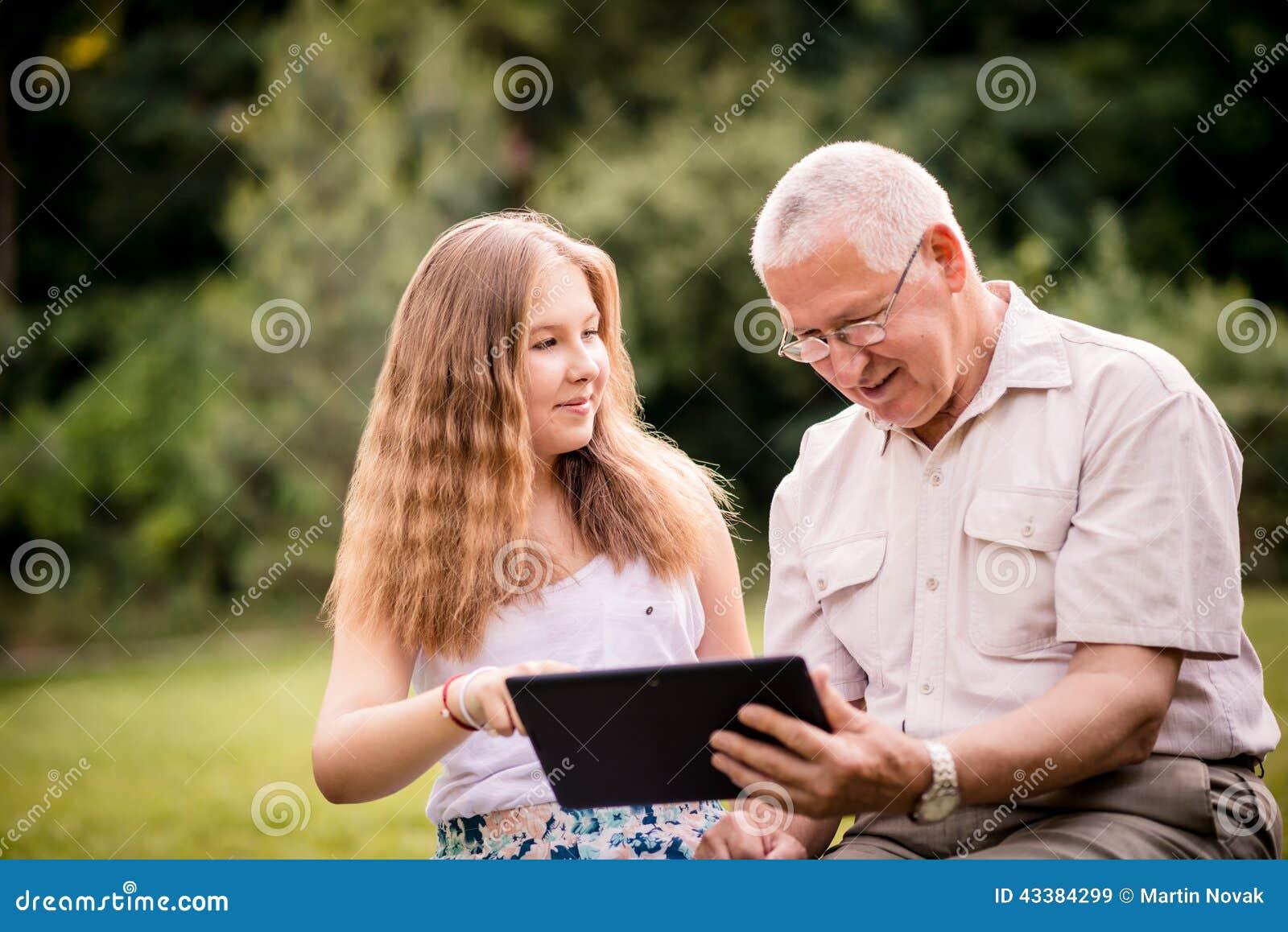 O neto mostra a tabuleta de primeira geração