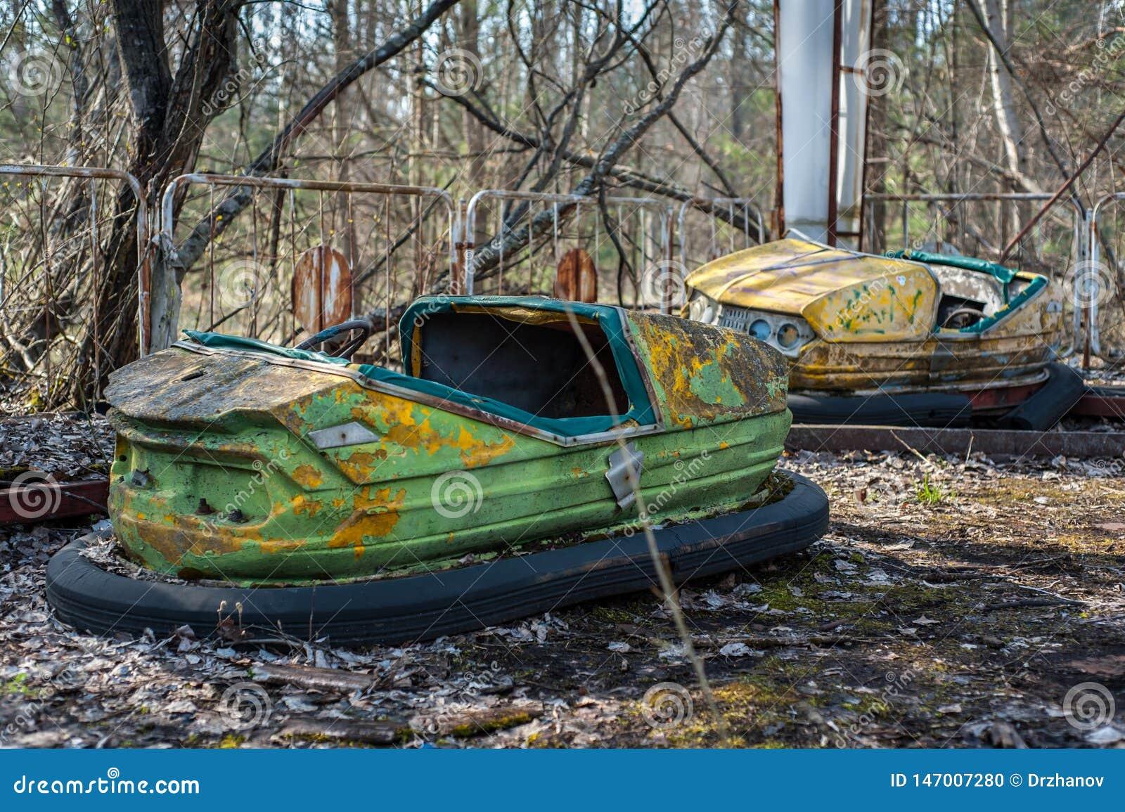 O?niedziali mali dziecko samochody w zaniechanym parku rozrywkim w Pripyat, Chernobyl niedopuszczenia strefa