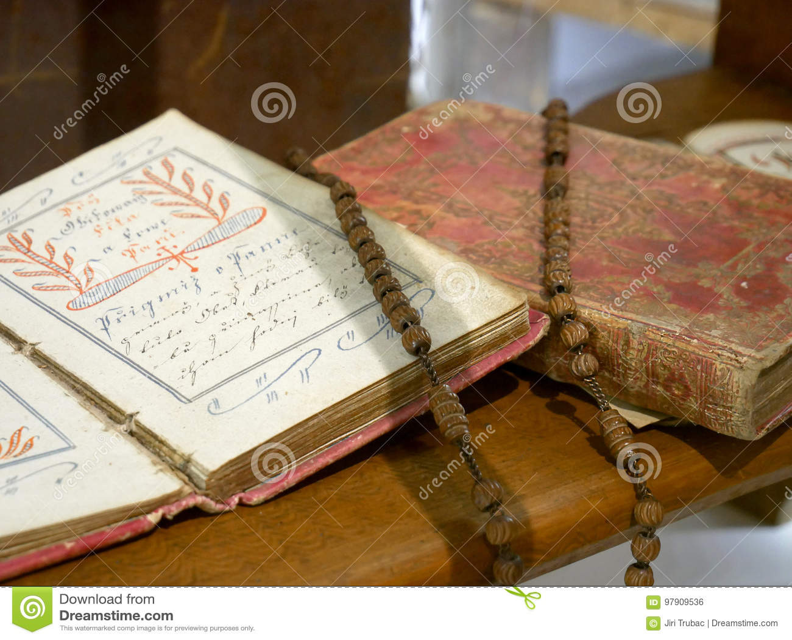 O ônix preto perla o rosário na Bíblia velha
