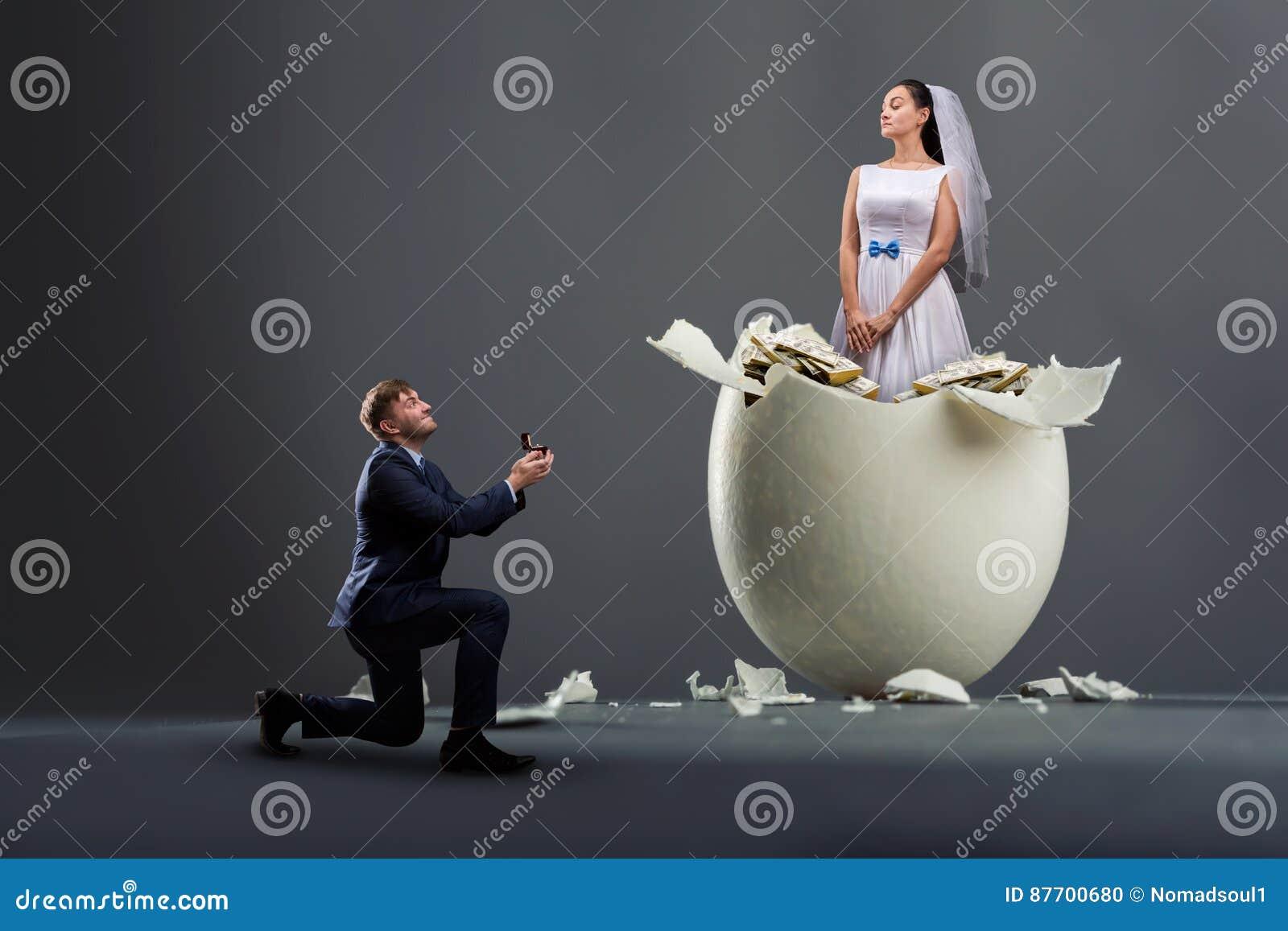 O noivo faz a proposta, noiva no shell