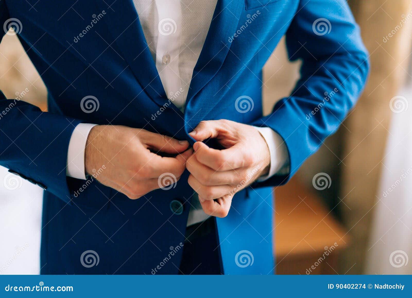 O noivo fecha acima o revestimento