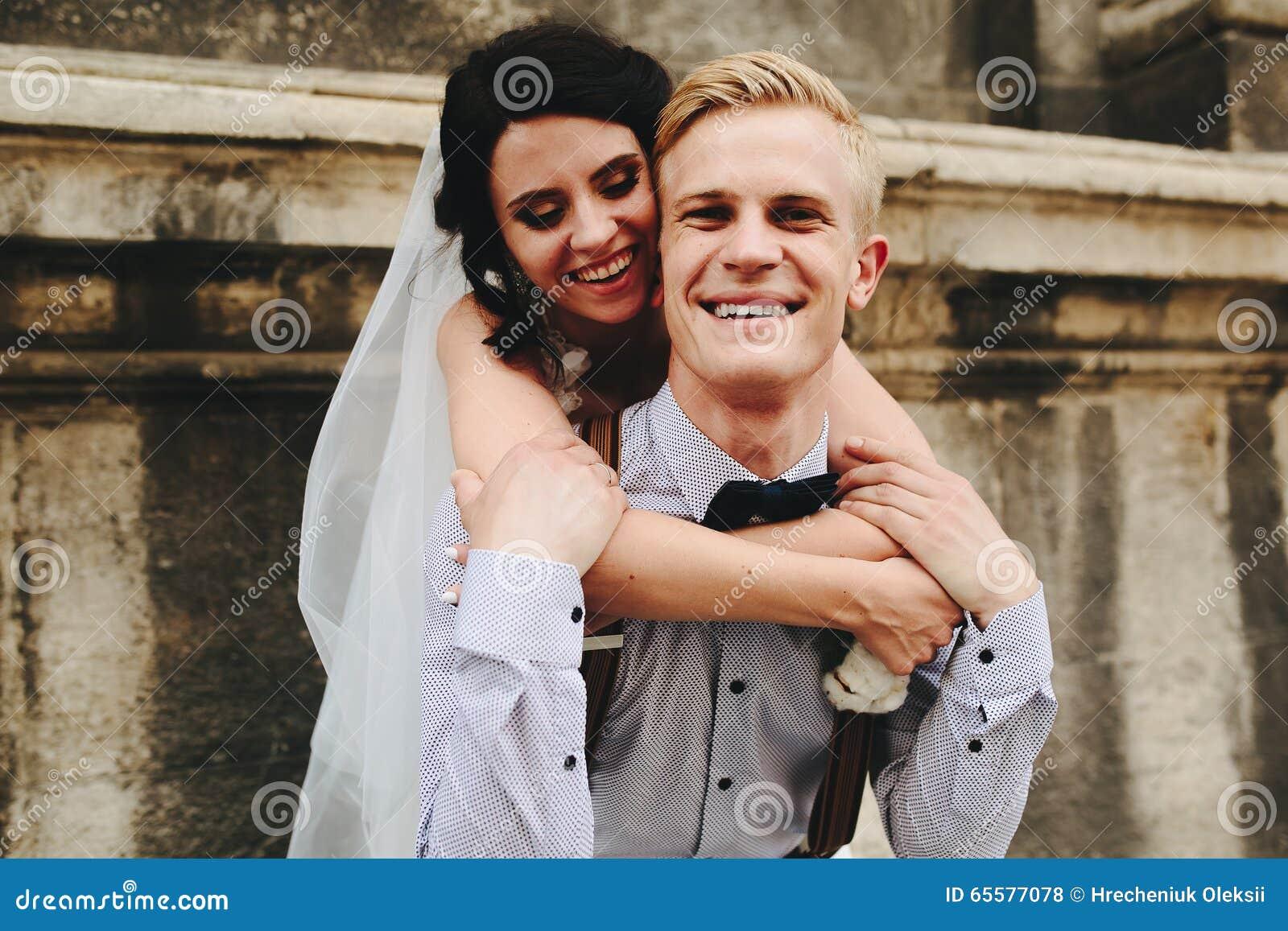 O noivo leva a noiva no seu para trás