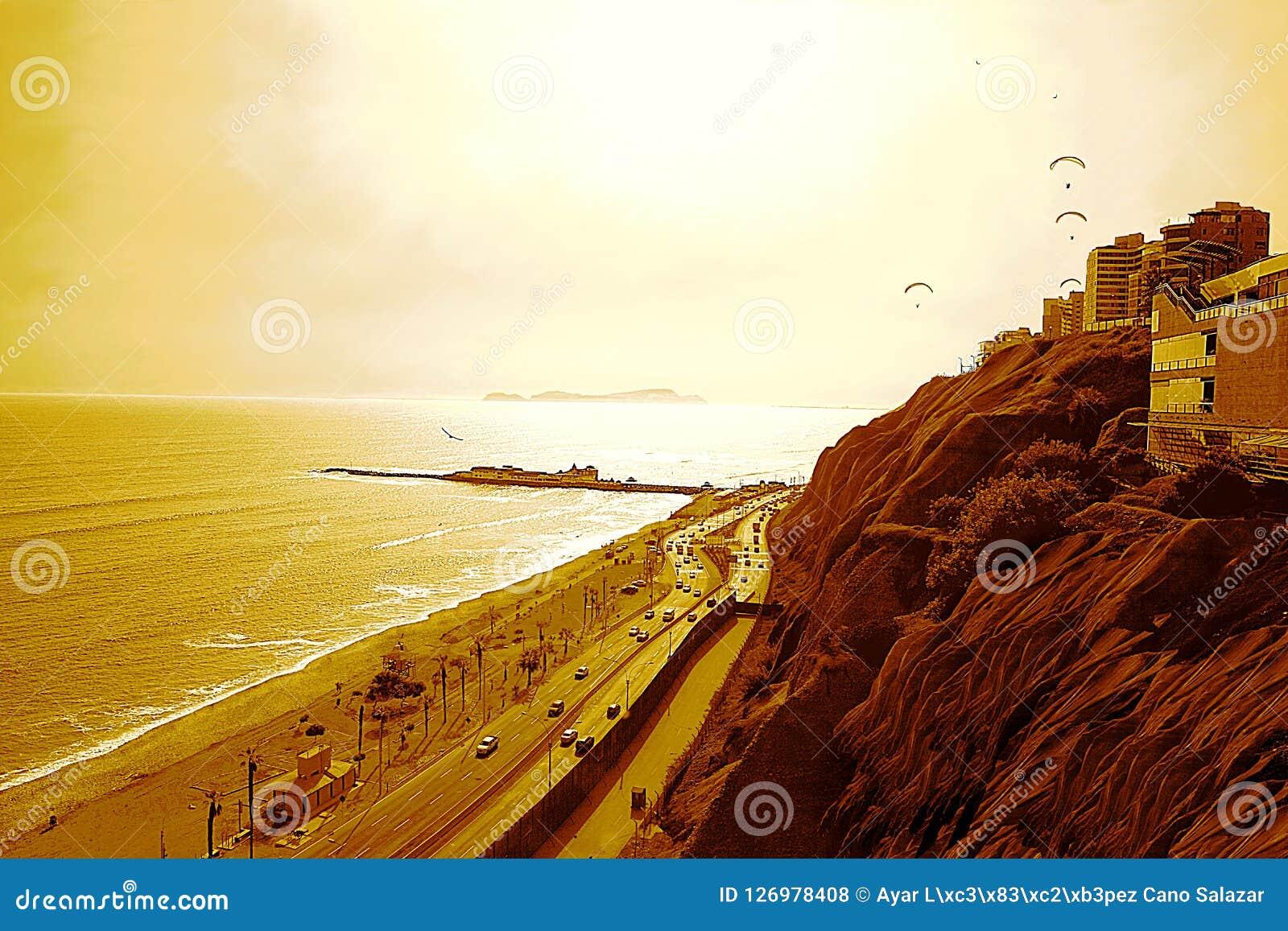 O Oceano Pacífico e o ` o ` verde sob um Sun poderoso, Lima da costa - Peru