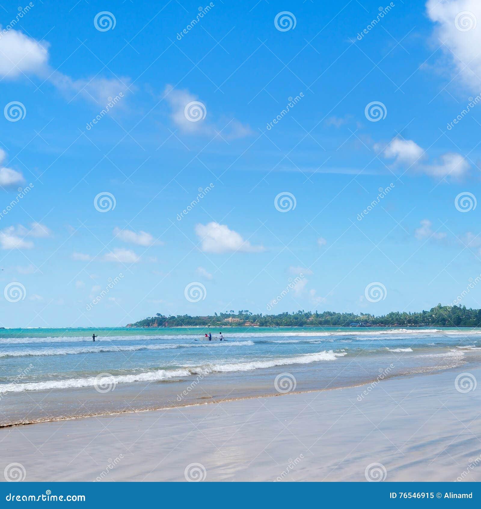O oceano, praia, acena para lições surfando