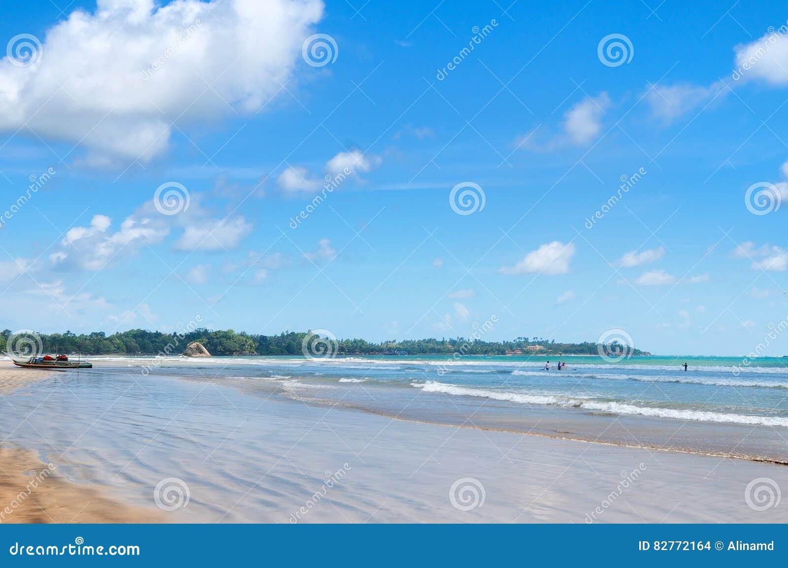 O oceano, Sandy Beach, acena para lições surfando