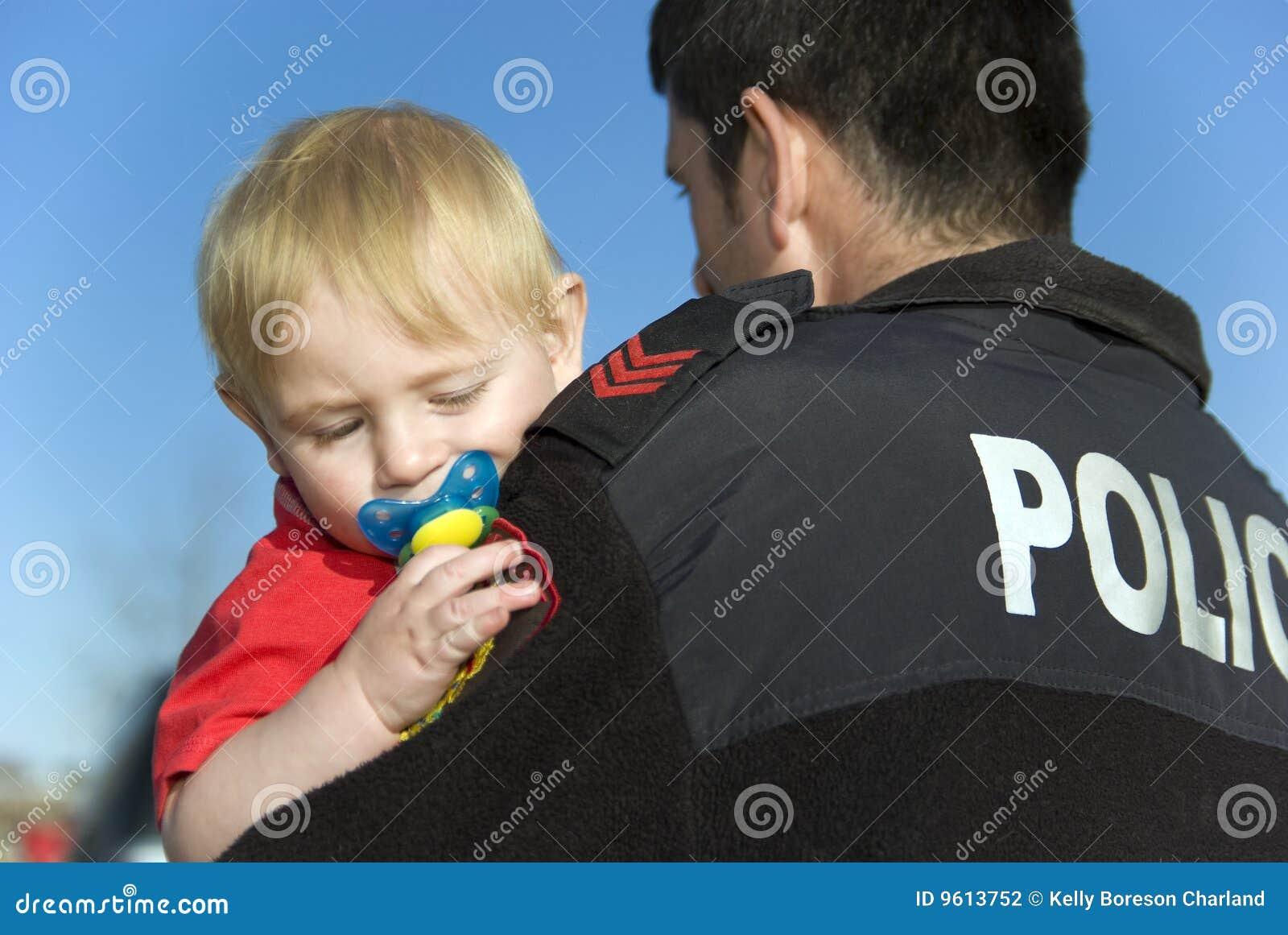 O oficial de polícia prende o bebê