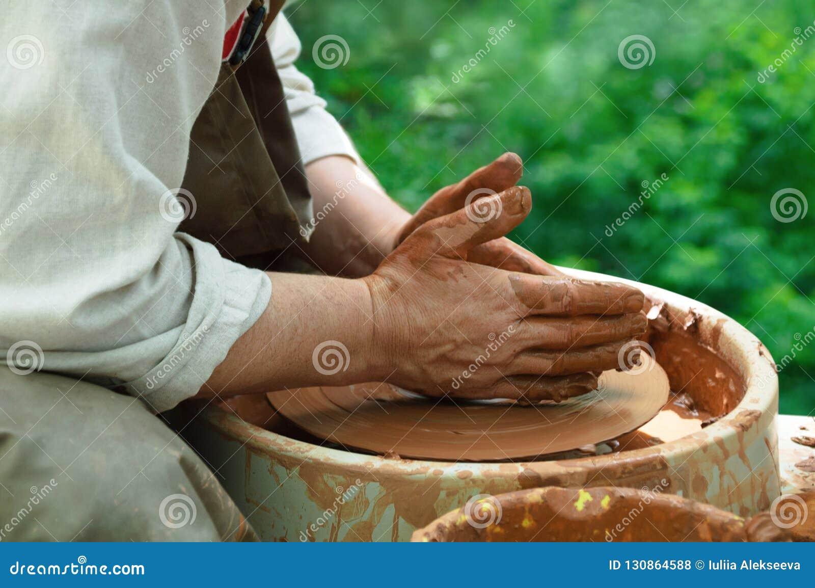 O oleiro trabalha em uma roda de oleiro