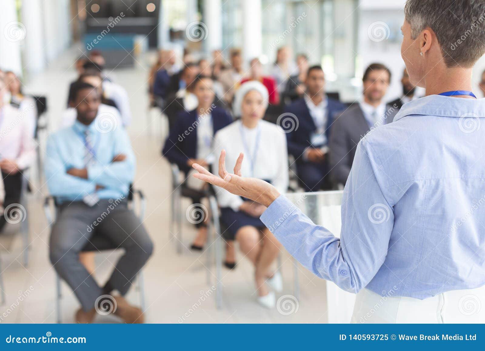 O orador fêmea fala em um seminário do negócio