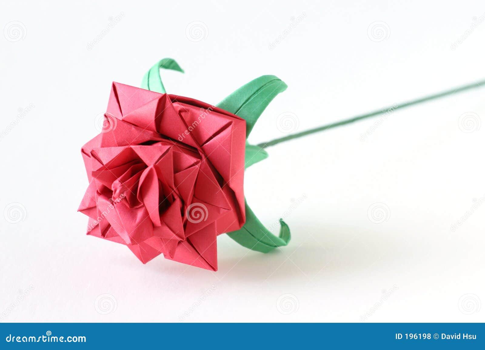 O origami vermelho levantou-se