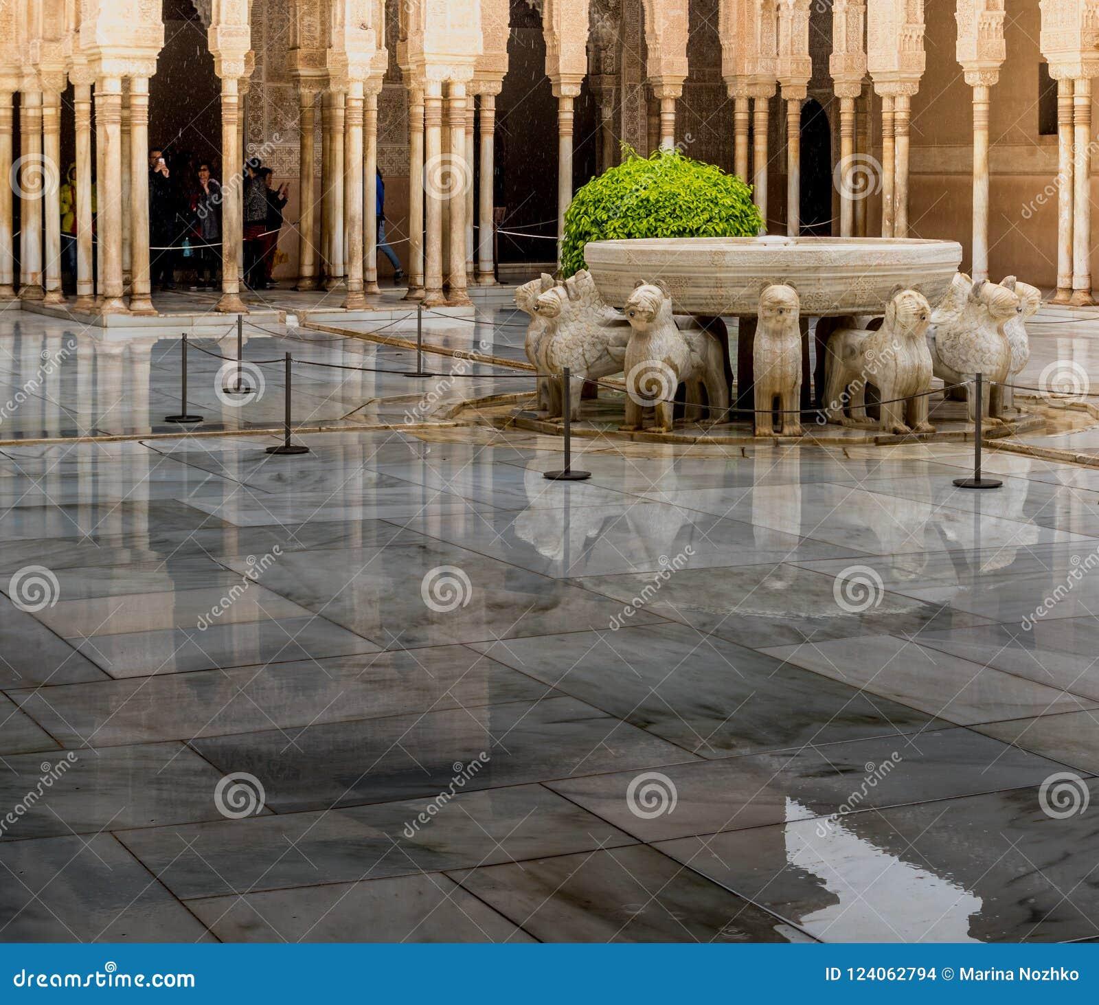 O pátio do ` s do leão é o lugar o mais bonito no palácio de Nasrid no Alhambra, Granada, a Andaluzia, Espanha