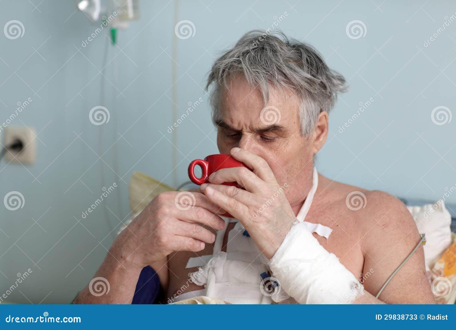 O paciente bebe o chá