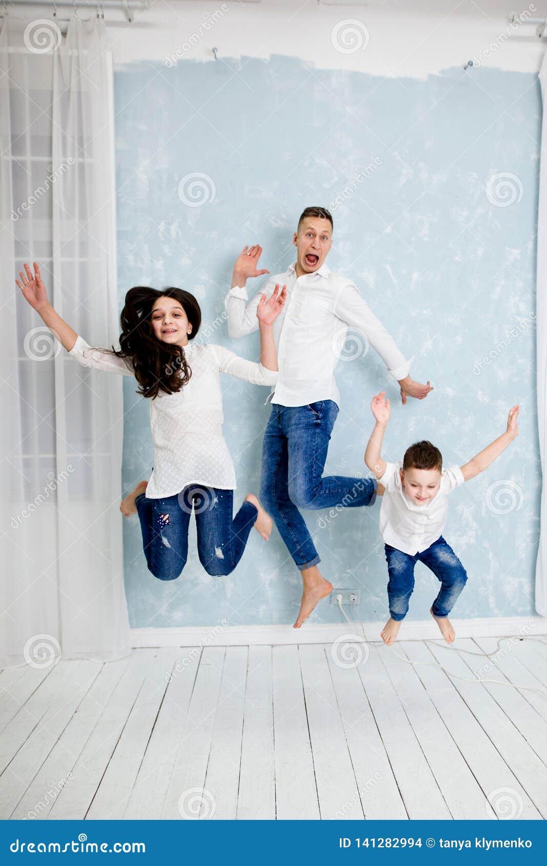 O pai do Ng tem o divertimento com filha e filho