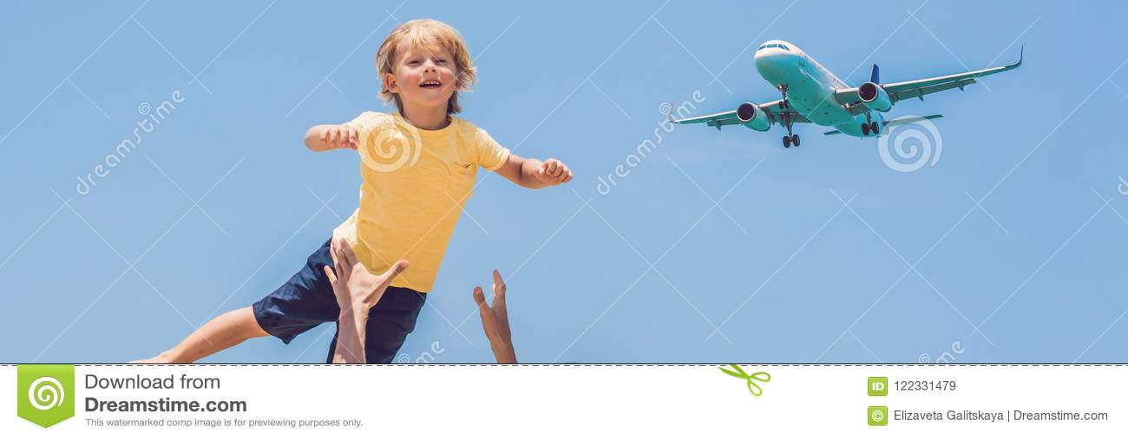 O pai e o filho têm o divertimento na praia que olham os planos de aterrissagem Viajando em um avião com a BANDEIRA do conceito d