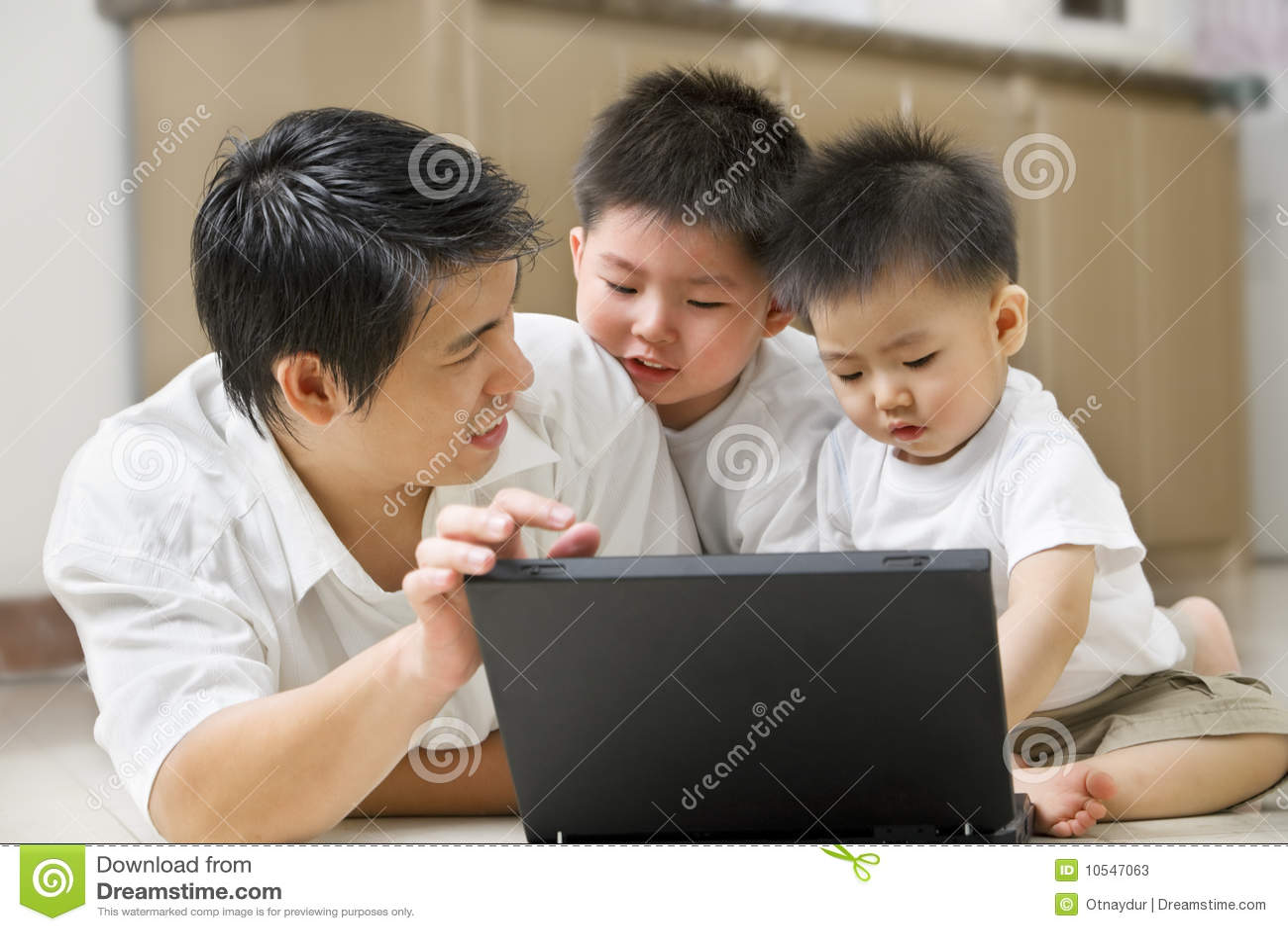 O pai introduz a tecnologia a seus filhos