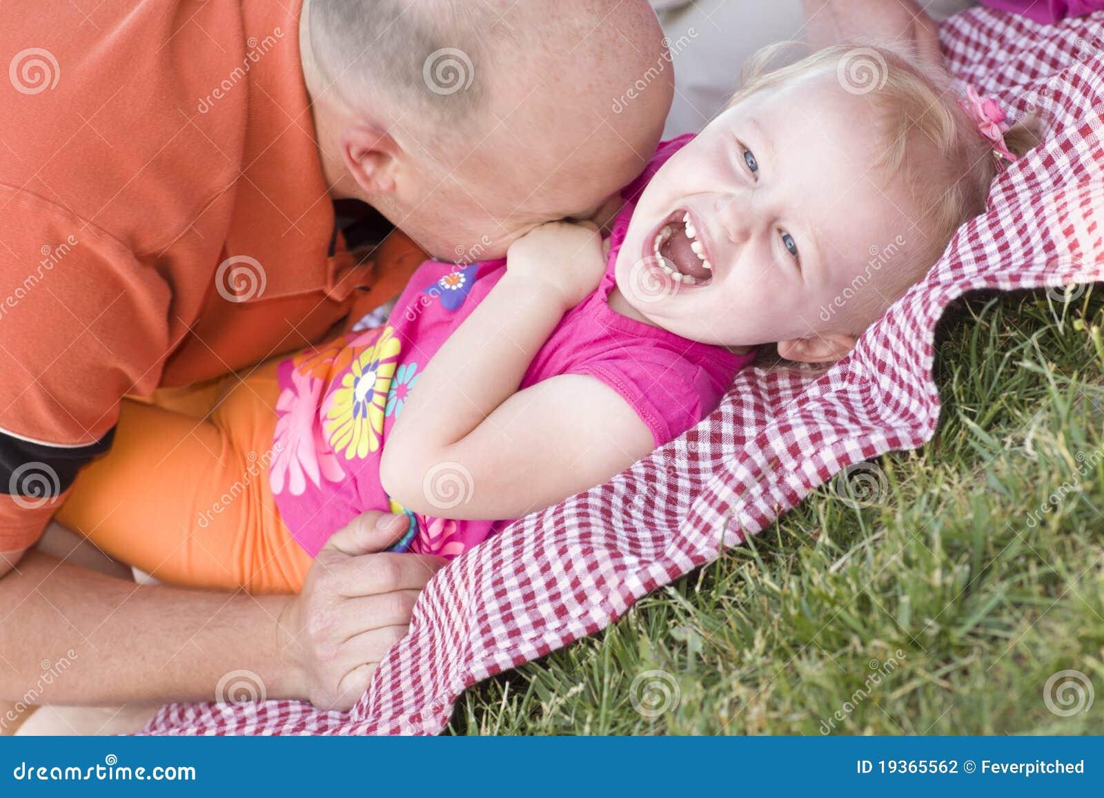 O paizinho Loving agrada a filha no parque