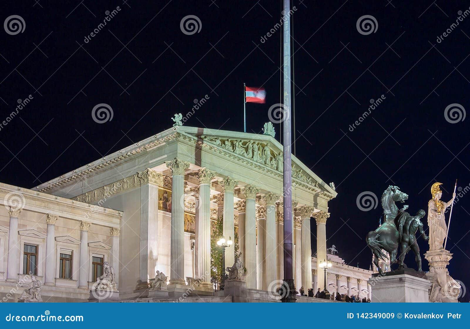 O palácio austríaco do parlamento em Viena na noite, Áustria