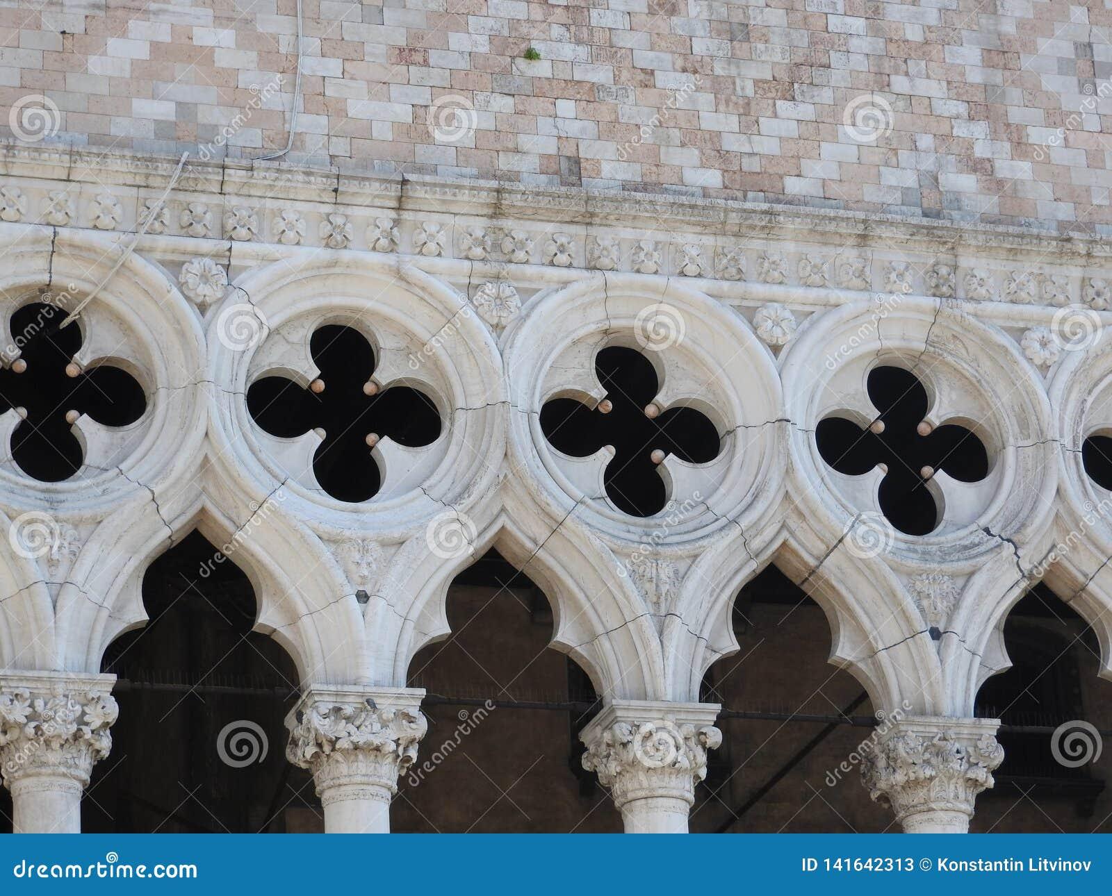 O palácio do doge, a Veneza, o Itália, e elementos arquitetónicos