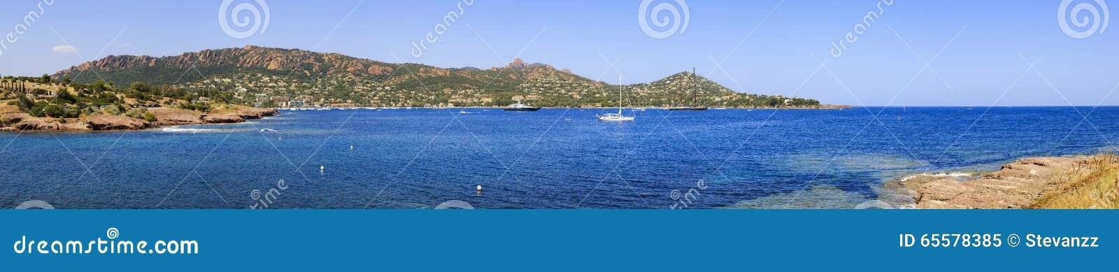 O panorama da baía de Agay em Esterel balança a costa e o mar da praia Costa Azu