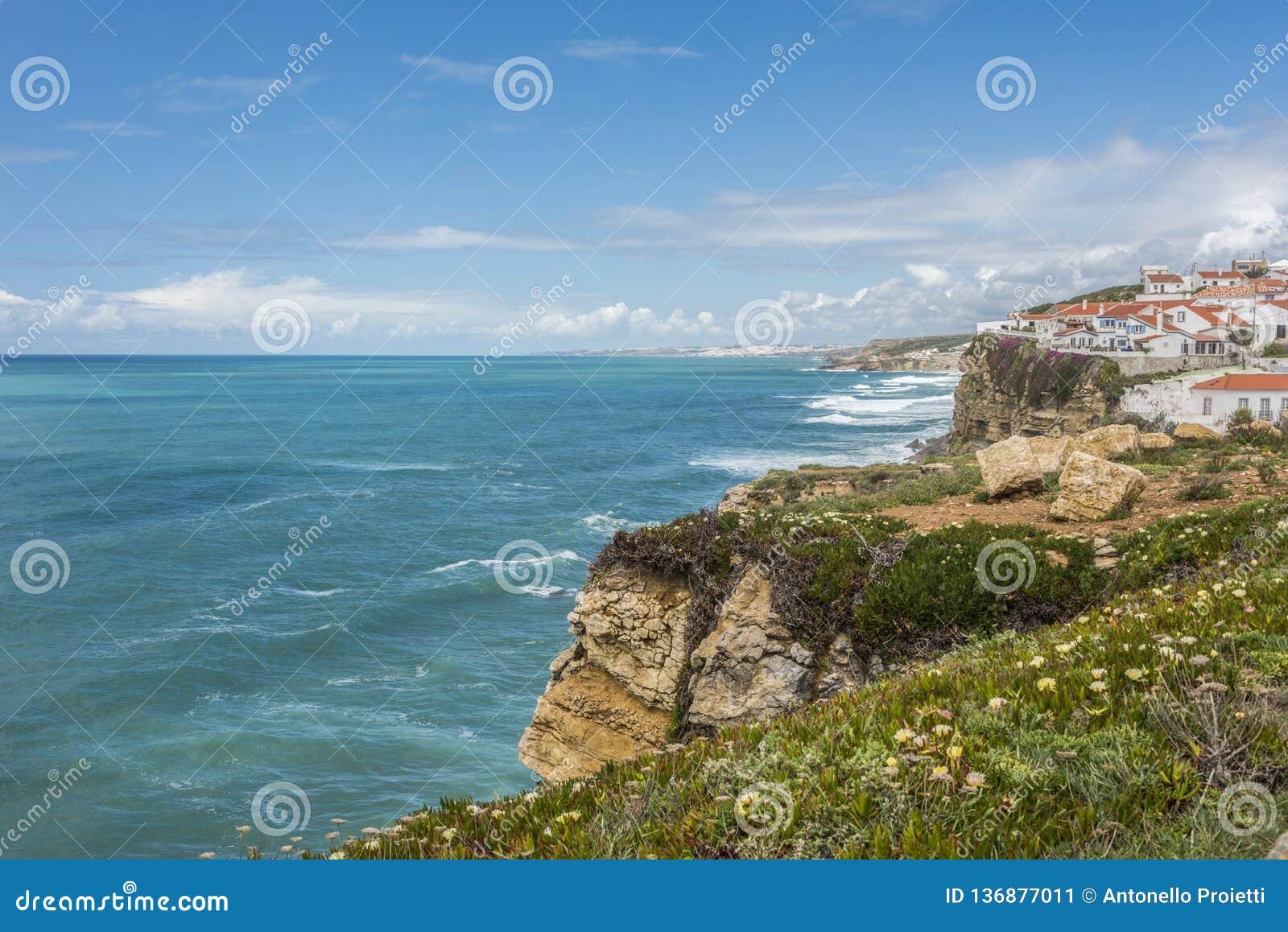 O panorama dos penhascos em Azenhas faz março na costa atlântica portuguesa