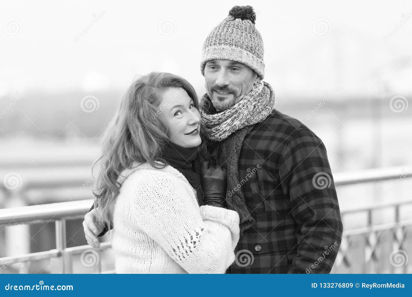 O par considerável gosta de andar na cidade do inverno As mulheres afagam ao noivo no revestimento da flanela