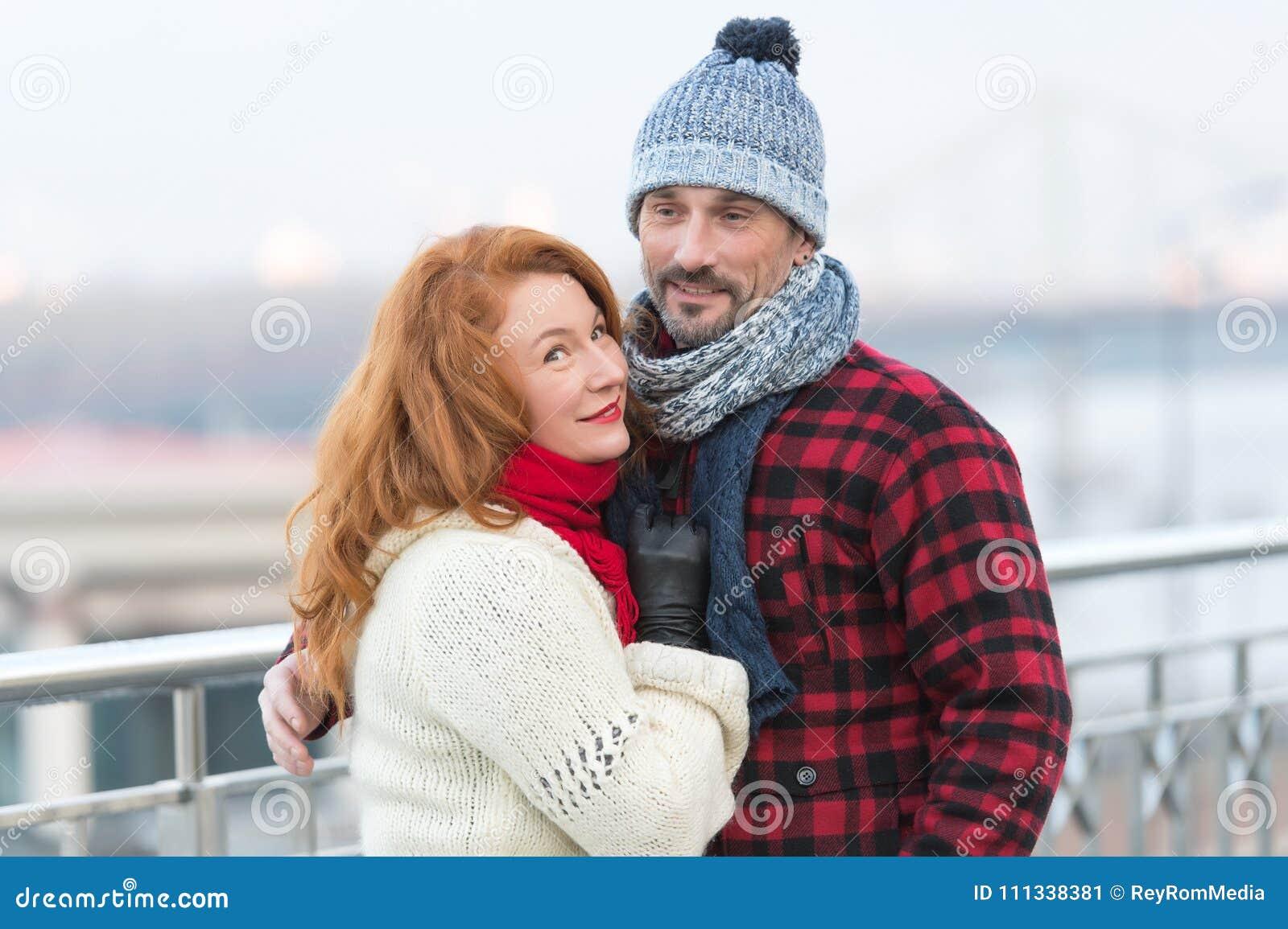 O par considerável gosta de andar na cidade inverno envelhecido dos gostos do indivíduo e das mulheres As mulheres rudes afagam a