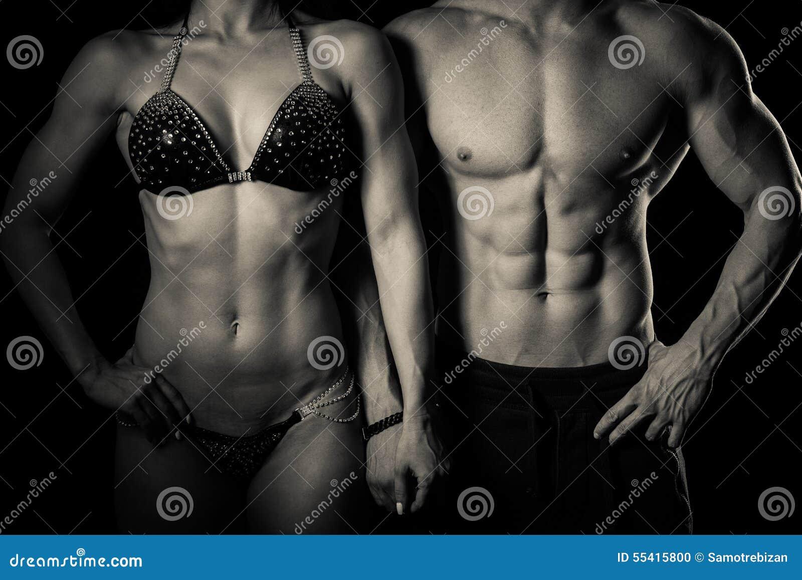 O par da aptidão levanta no estúdio - homem e mulher aptos