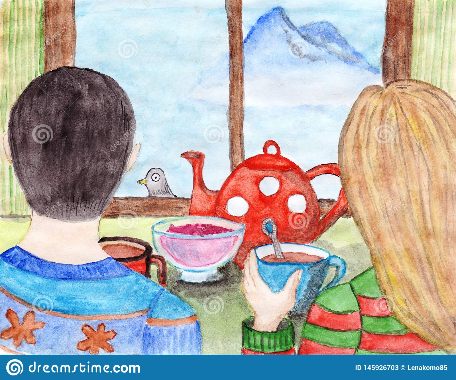 O par novo está bebendo o chá e está olhando através da janela na montanha distante