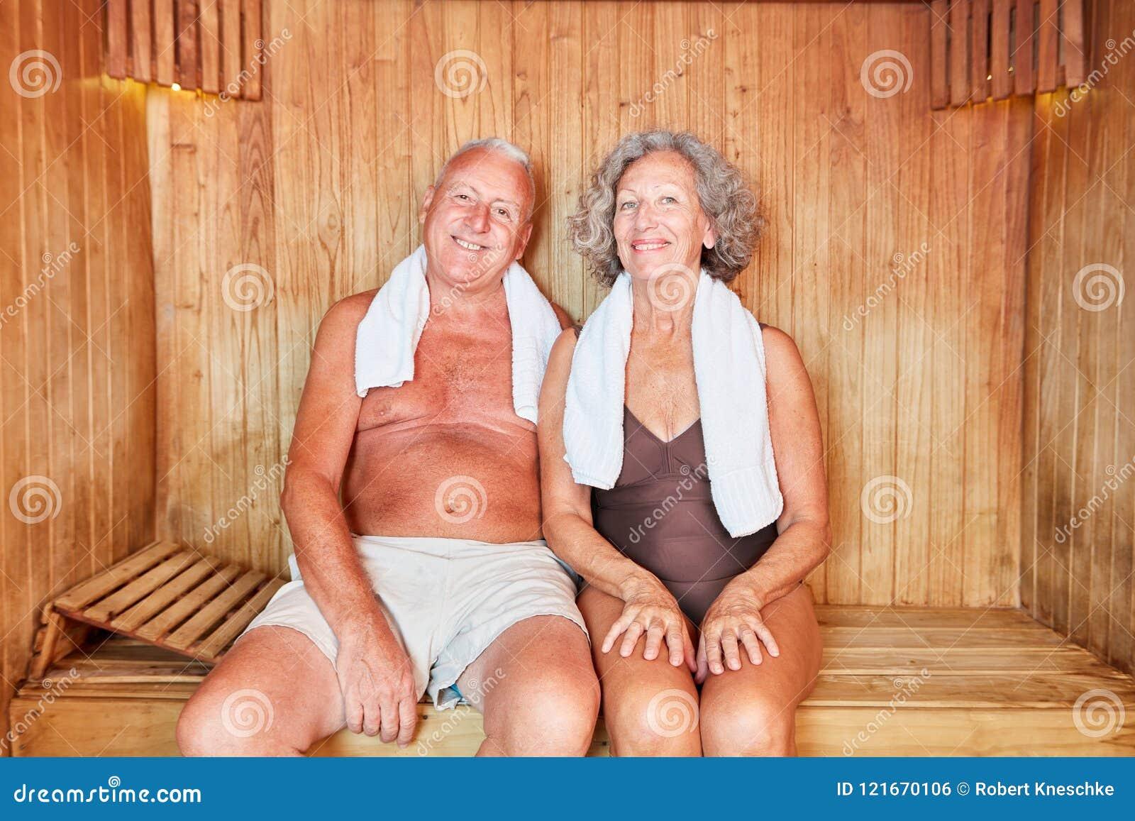 O par superior relaxa na sauna