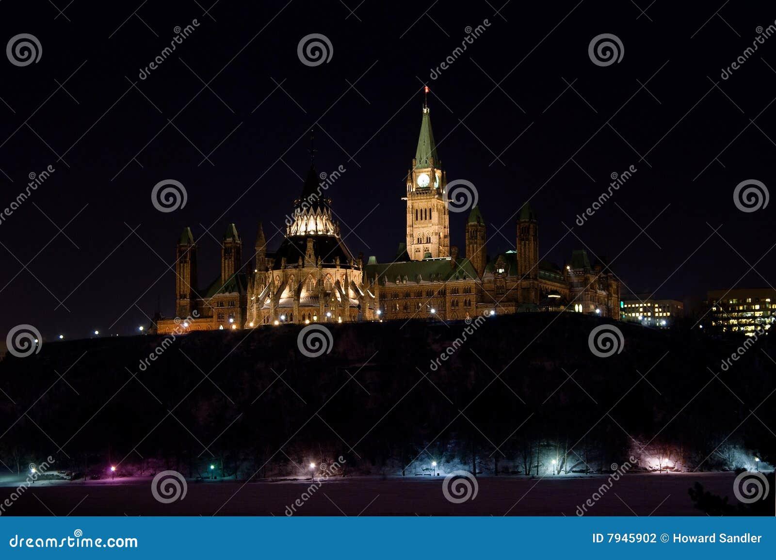 O parlamento de Canadá na noite