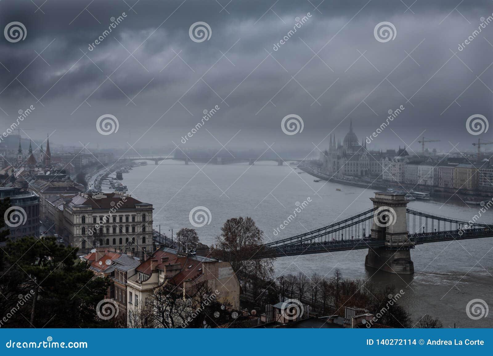 O parlamento em Budapest em um dia de inverno nevoento