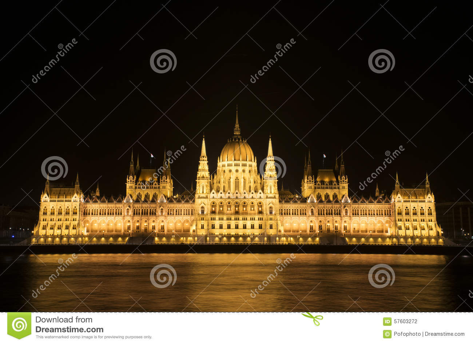 O parlamento húngaro na noite