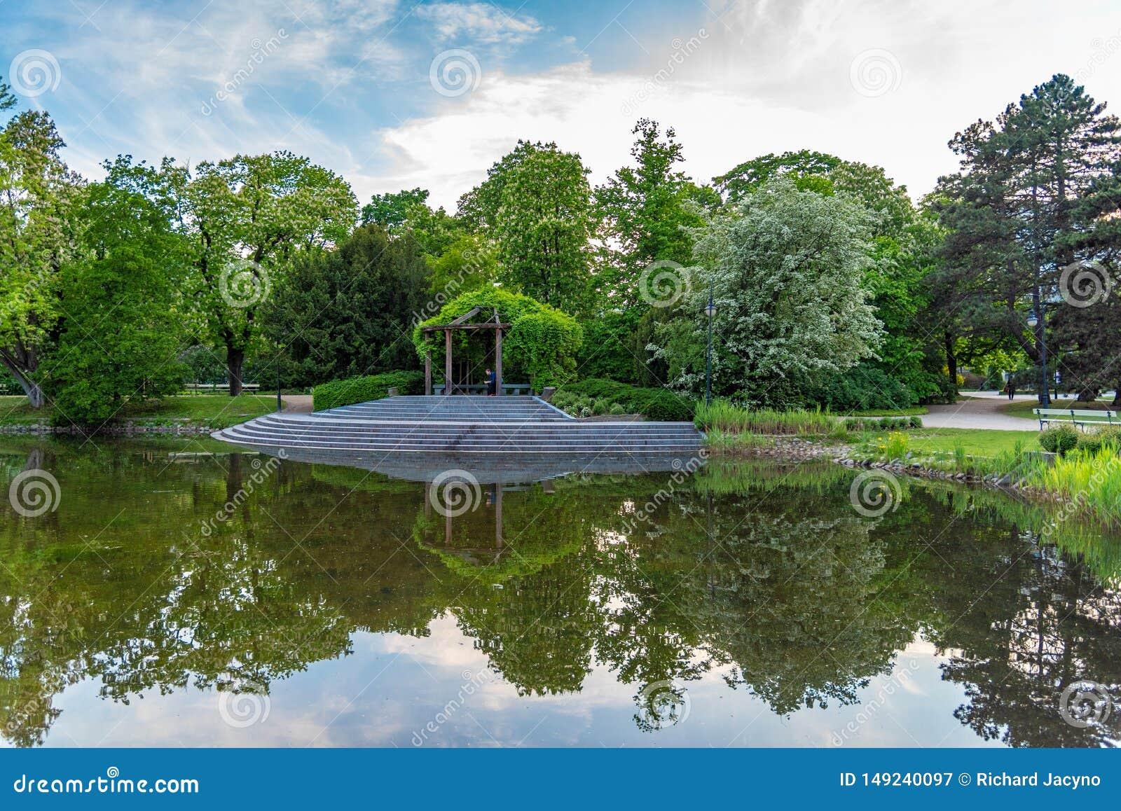 O parque Ujazdowski ? um dos parques os mais pitorescos de Vars?via, Pol?nia