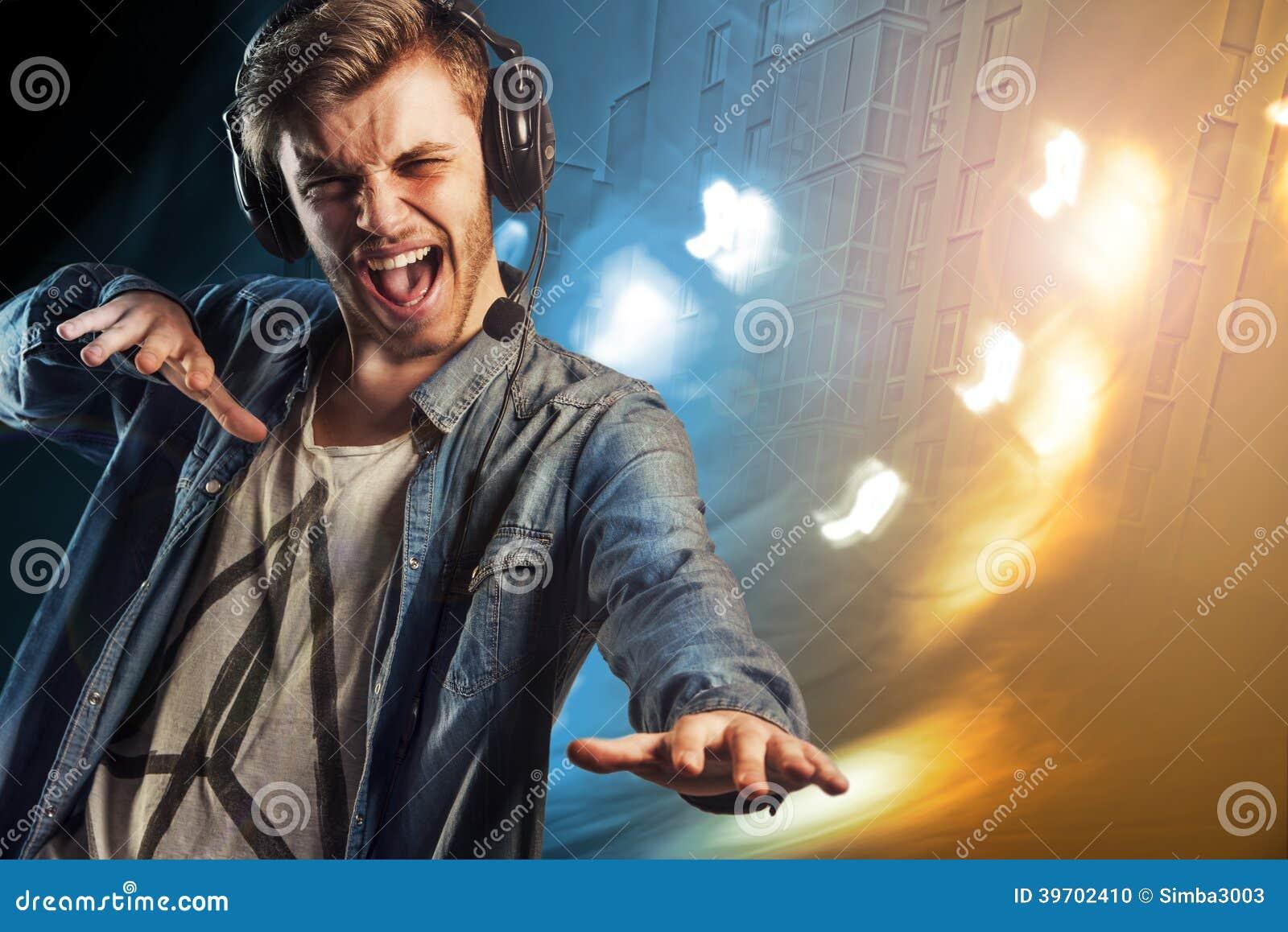 O partido fresco DJ equipa com fones de ouvido
