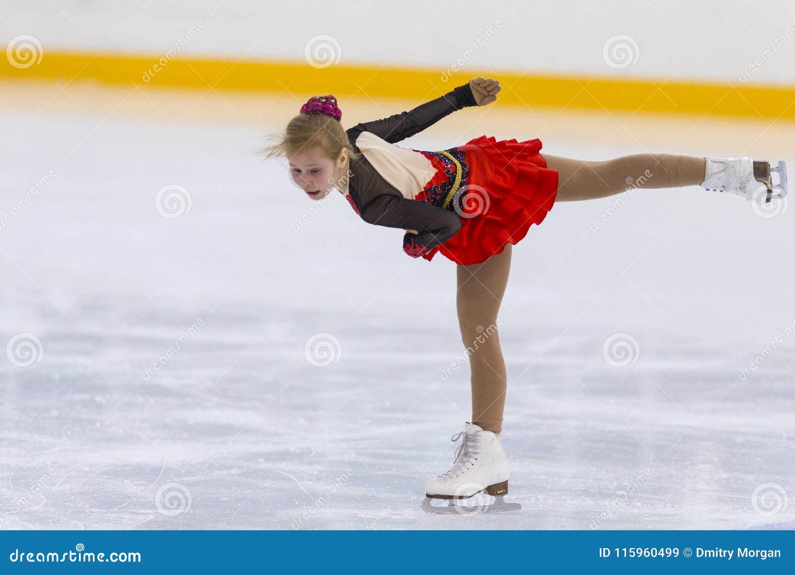 O patinador artística fêmea das meninas de Rússia Alla Lyubimbova Performs Cubs B livra o programa de patinagem no copo da arena