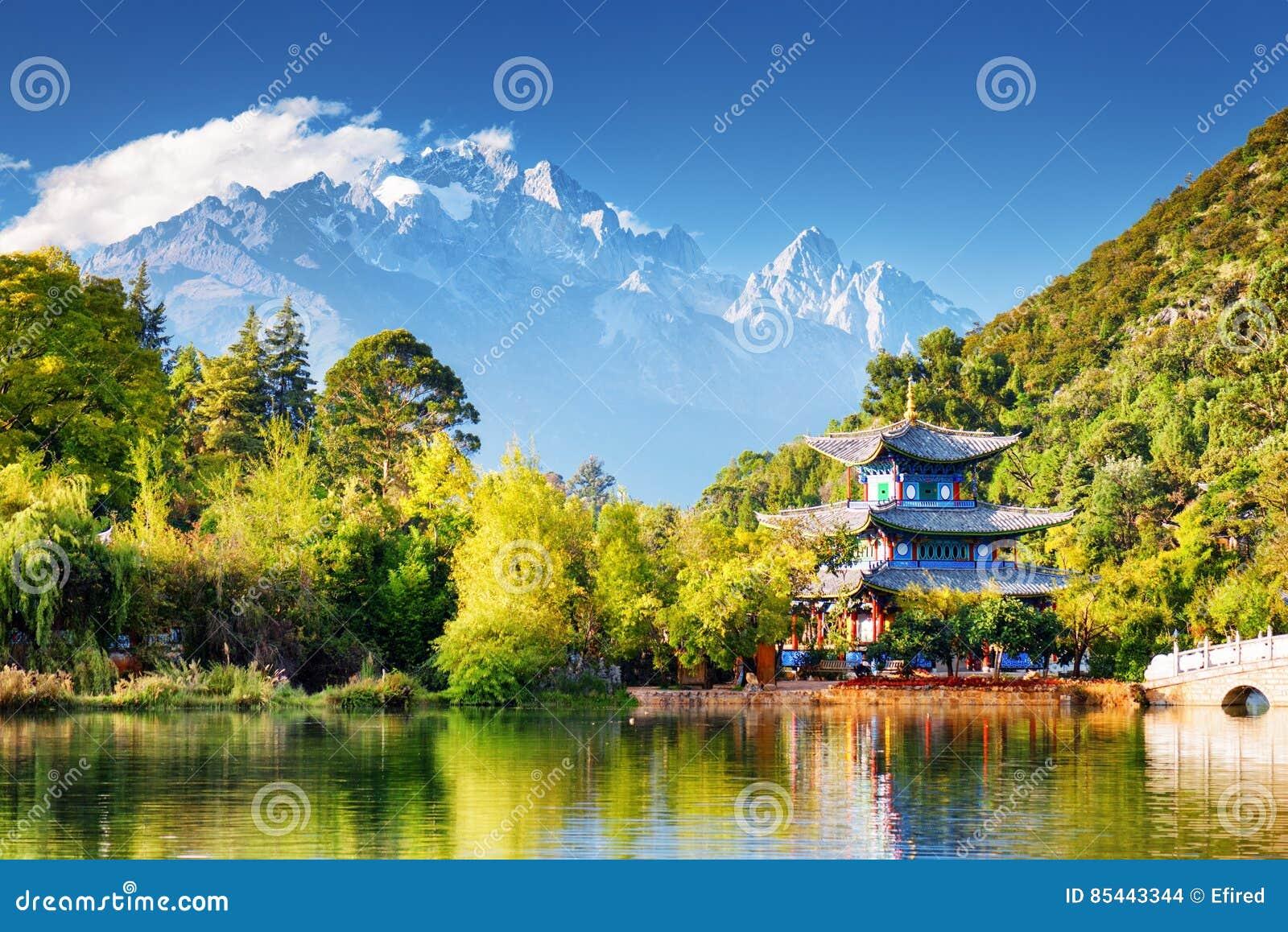 O pavilhão do abraço da lua e a Jade Dragon Snow Mountain