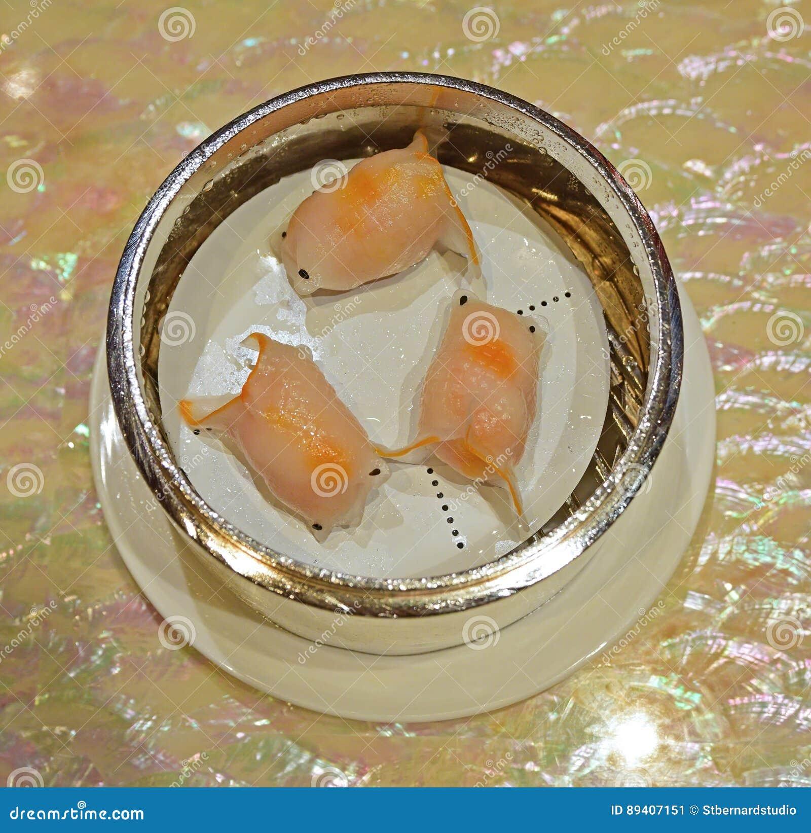 O peixe dourado do dim sum dado forma cozinhou a bolinha de massa har azul de cristal do gow ou do camarão