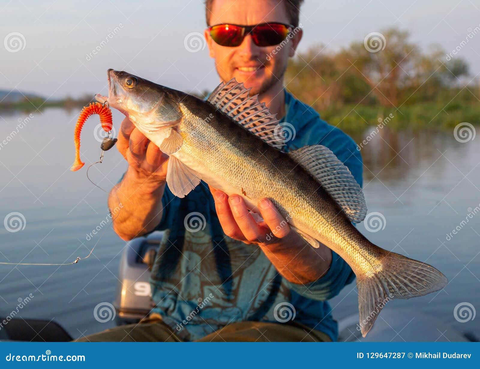 O pescador de Amatuer guarda peixes