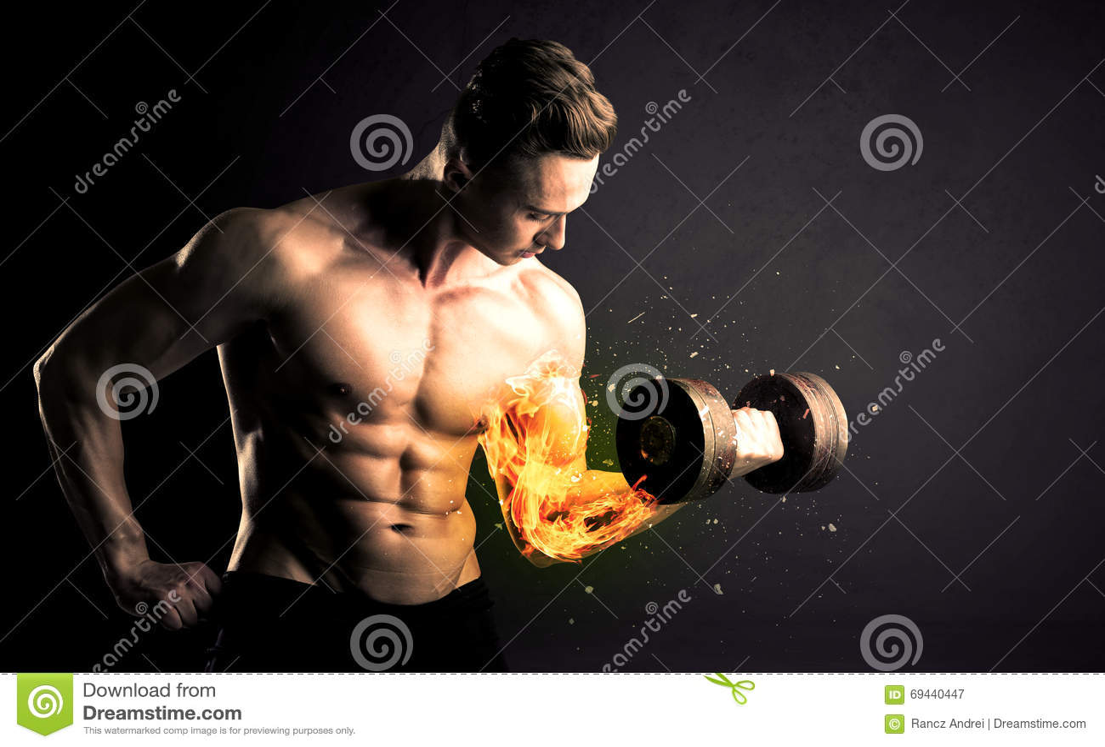 O peso de levantamento do atleta do halterofilista com fogo explode o conceito do braço