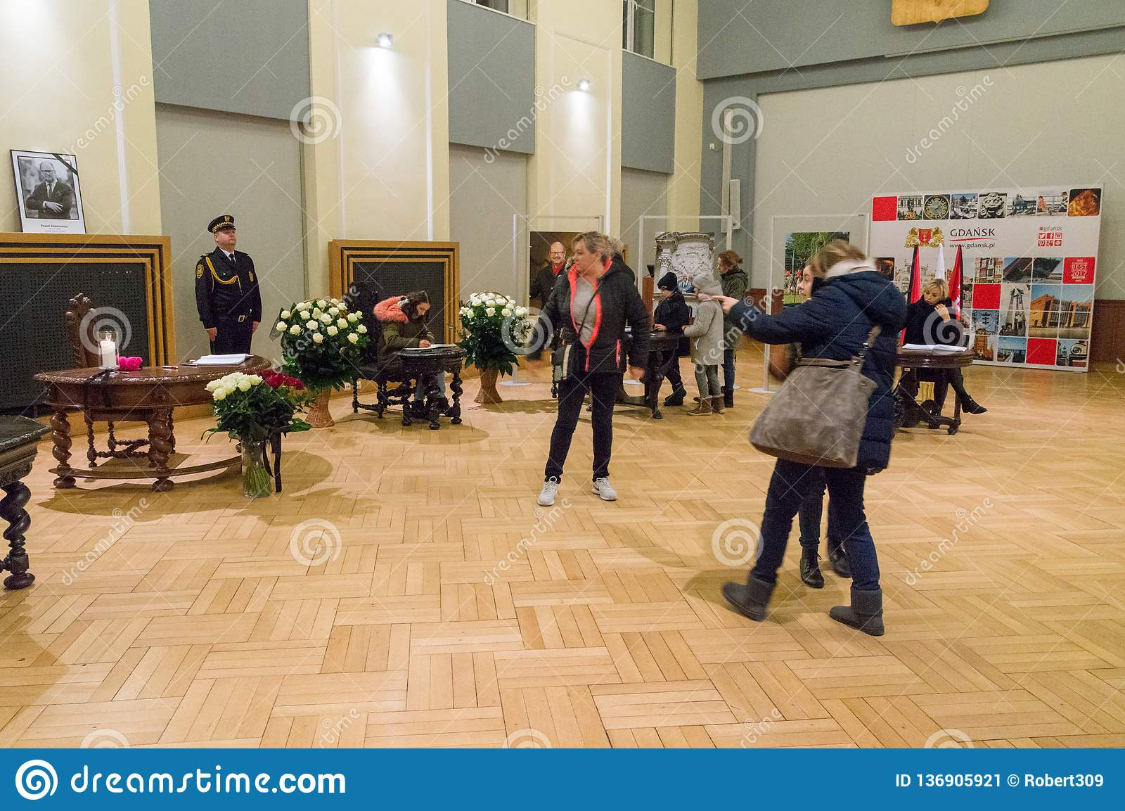 O pessoa escreve uma mensagem de pêsames em relação à morte do prefeito de Gdansk Pawel Adamowicz