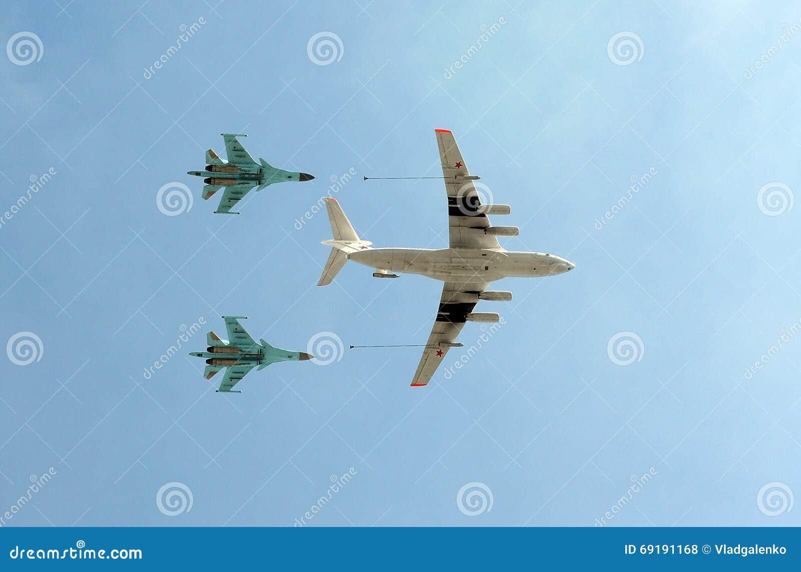 O petroleiro Ilyushin Il-78 dos aviões e lutador-bombardeiros de múltiplos propósitos Sukhoi Su-34 do russo (defesa) i