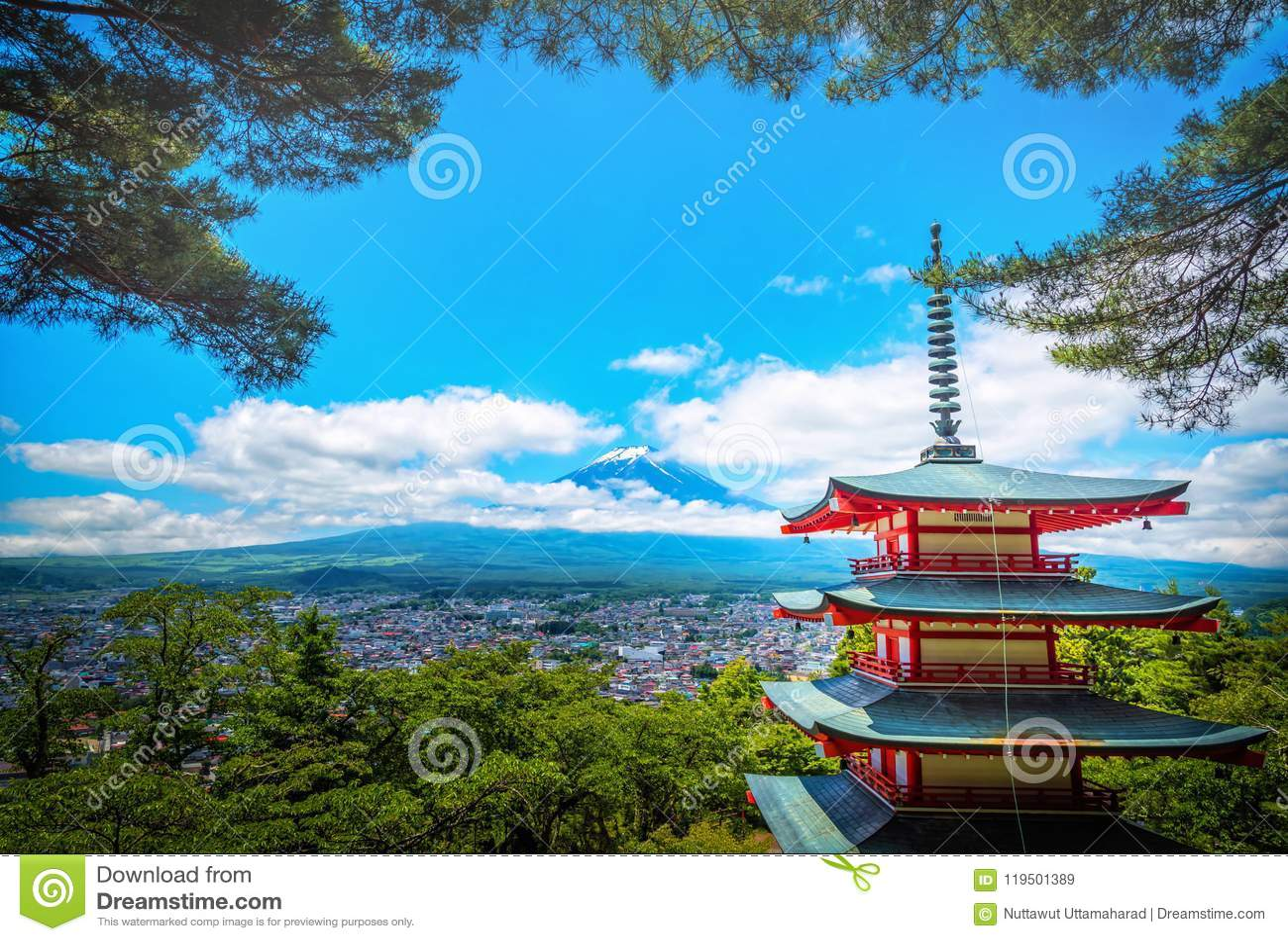 O pico de Butte com crista e de árvores do Mt Fuji entre a nuvem com o pagode de Chureito no s